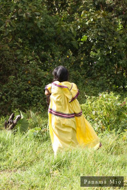 Mujer Gnobe Bugle con su vestido tradicional