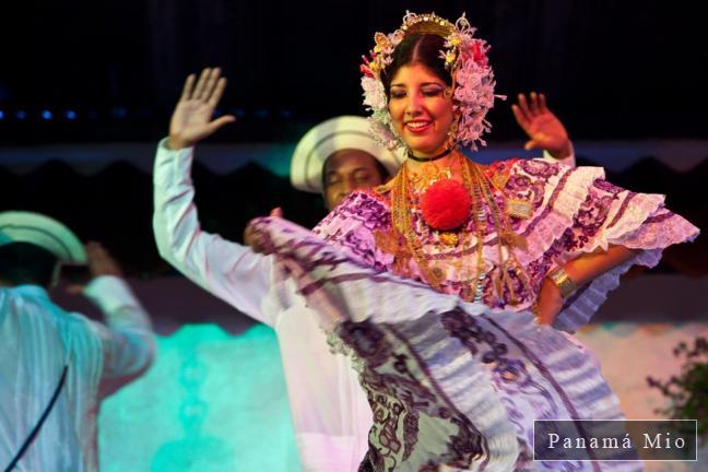 Bailarina de Conjunto Típico luciendo La Pollera